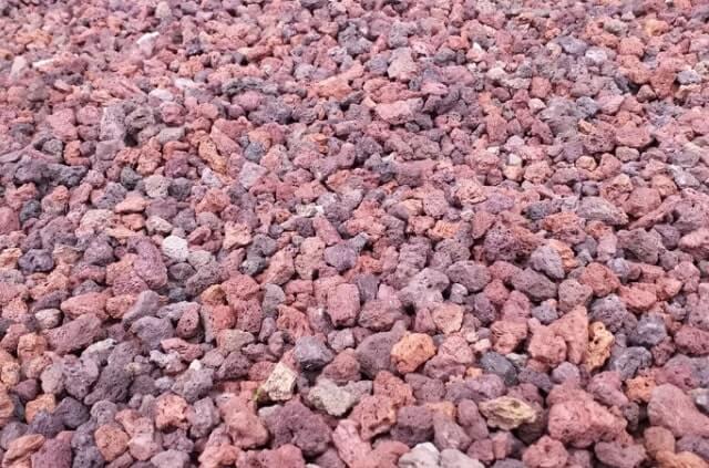 Lavagranulat im Garten einsetzen