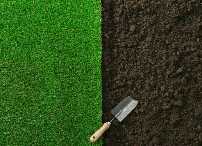 Größere Kahlstellen im Rasen ausbessern