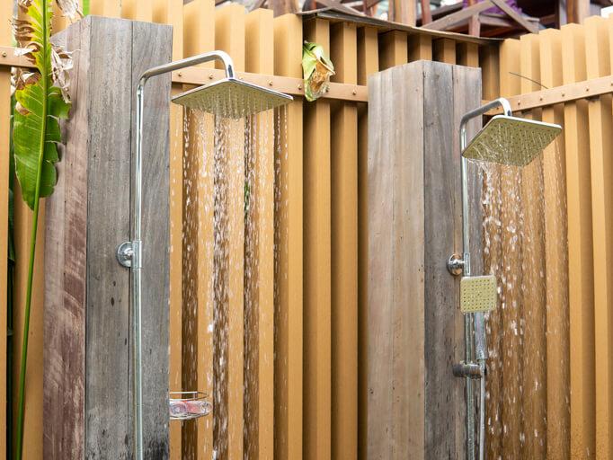 Welche Vorteile bringen fest installierte Gartenduschen mit sich
