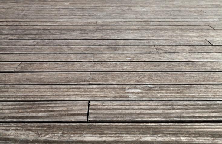 Mögliche Alterungserscheinungen bei Terrassendielen aus Lärche